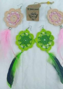 El yapımı kuş tüyü detaylı yeşil ve pembe tasarım küpe